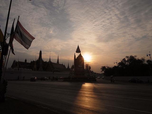 Le soleil se couche (assez tôt) sur Bangkok. (早く)暮れる太陽。色がなくなる感じ。