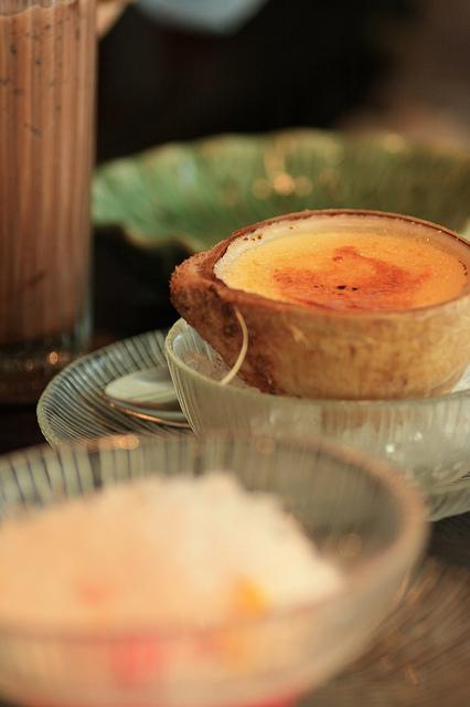A Erawan Tea Room, notre petit moment de luxe: Flan de coco, thé de limonade froid ちょっと贅沢しました。