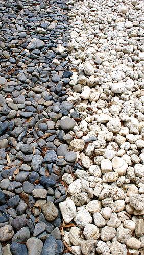 Le passage est délimité par les pierres blanches