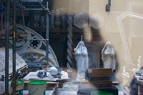 salle de restauration*修復を待っている彫刻達