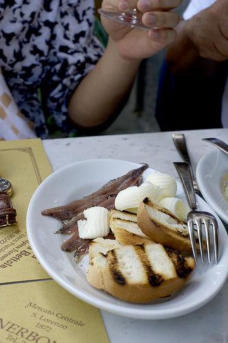 Anchois, beurre. Simple et bon. アンチョビとバター。シンプルだけど美味しい